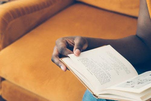 Fotobanka sbezplatnými fotkami na tému černoška, čítanie, človek, držanie