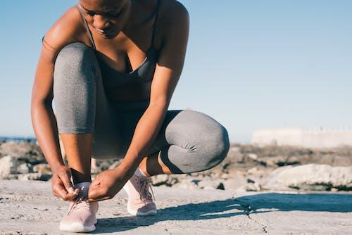 Fotos de stock gratuitas de arrodillado, atando zapatos, correr, corriendo