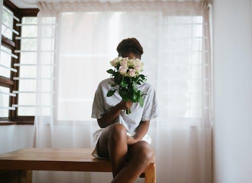 Ilmainen kuvapankkikuva tunnisteilla henkilö, ihminen, istua, kasvot peitetty