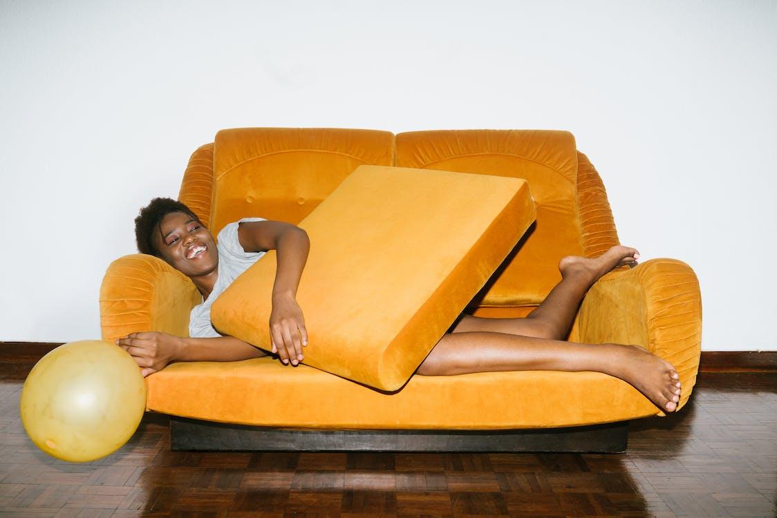 Mujer Acostada En El Sofá Naranja