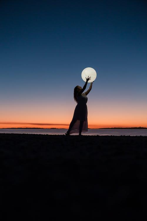 Donna Che Tiene Una Luna