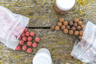 Biji Kopi Coklat Di Atas Meja Kayu Coklat