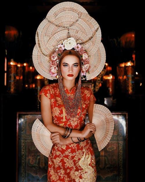 Photos gratuites de à la mode, bonnet, couronne de fleurs, debout