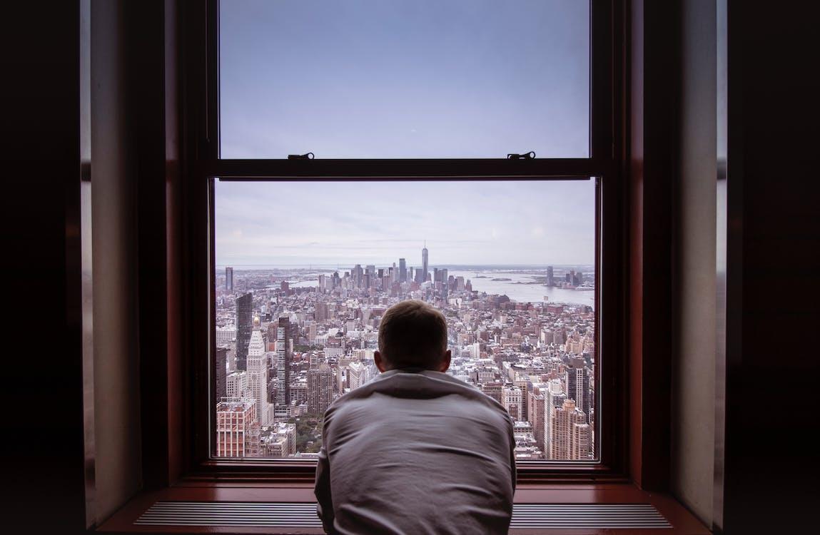 Mann Im Grauen Hemd, Das Stadtgebäude Betrachtet