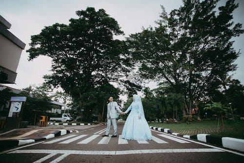 걷고 있는, 결혼식, 결혼식 날, 나무들의 무료 스톡 사진