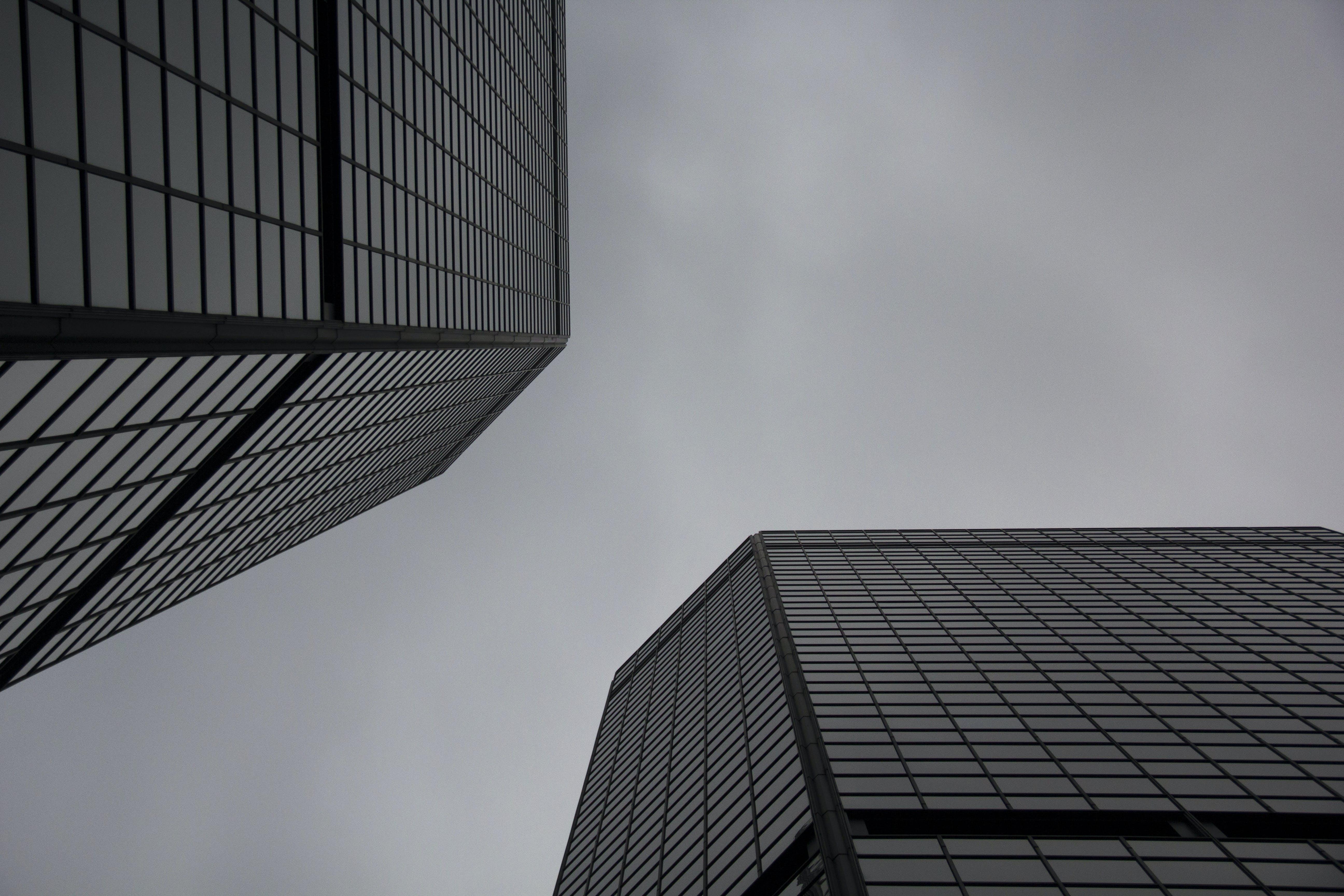 Kostenloses Stock Foto zu architektur, aufnahme von unten, büro, glasfenster