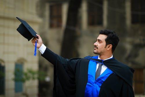Gratis stockfoto met academische jurk, afgestudeerde, afstuderen, afstuderen cap