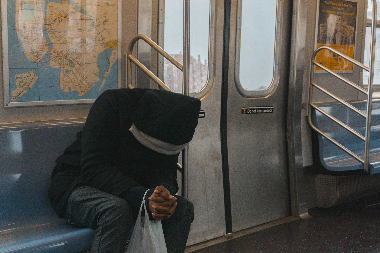 Kostenloses Stock Foto zu mann, person, zug, sitzen