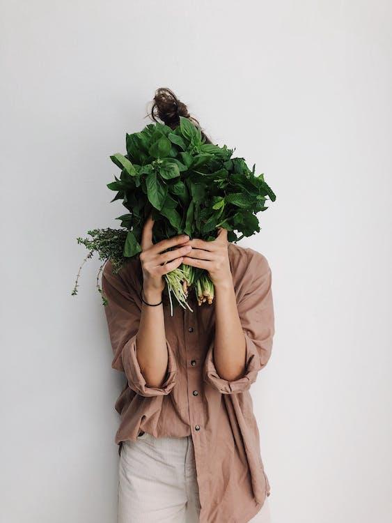 Лицо, занимающее зеленые овощи