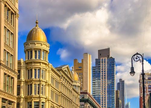 Ilmainen kuvapankkikuva tunnisteilla arkkitehtoninen rakennus, iso omena, katu, kaupungin keskusta