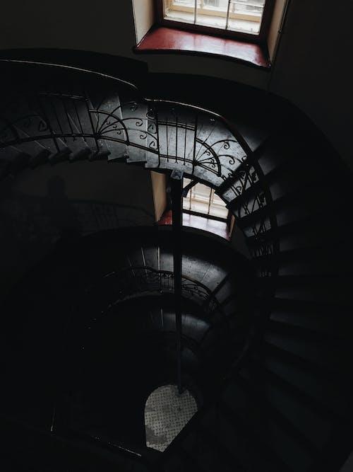 bina, cam, döner merdiven, iç mekan içeren Ücretsiz stok fotoğraf