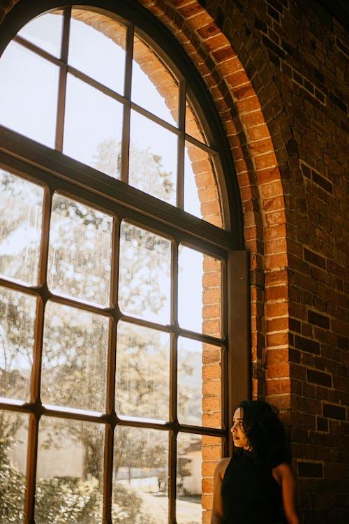 Ảnh lưu trữ miễn phí về ánh sáng mặt trời, cửa kính, cửa sổ, đàn bà