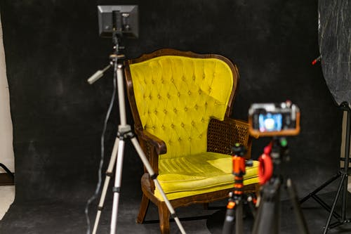 Безкоштовне стокове фото на тему «жовтий, інтерв'ю, стілець, студія»