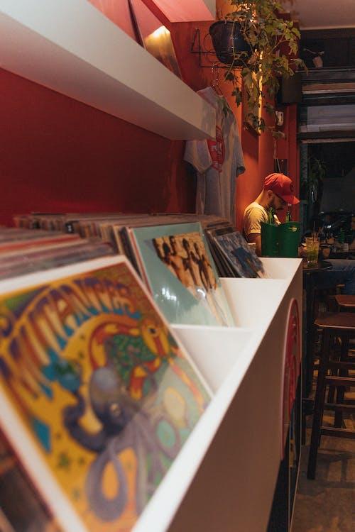 紅色背景, 酒館, 黑膠唱片 的 免費圖庫相片