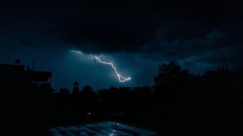 La Foudre Sur Le Ciel Sombre