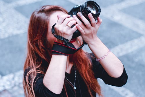 Siyah Kolsuz Bluz Siyah Dslr Kamera Tutan Kadın