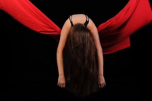 Darmowe zdjęcie z galerii z ciało, ciemny, czarne tło, dziewczyna