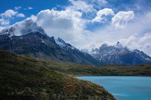 白雲和藍天下的山脈