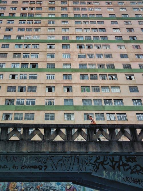 Ingyenes stockfotó alacsony szögű felvétel, alacsony szögű fényképezés, belváros, bérház témában