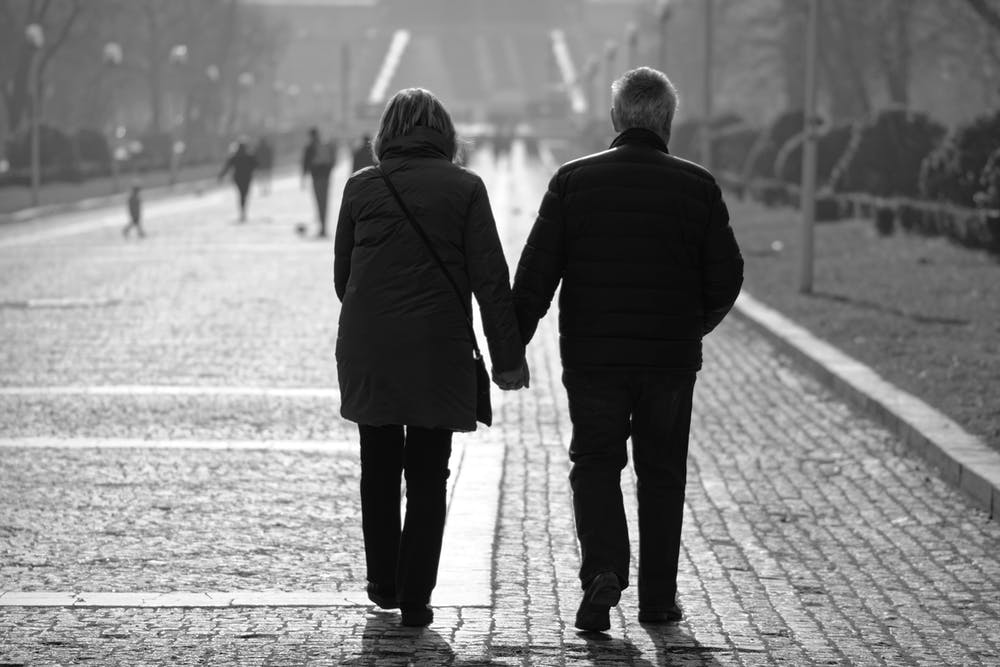 Elderly couple walking on the sidewalk. | Photo: Pexels