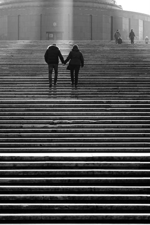 Foto profissional grátis de adultos, andando, arquitetura, caminhando