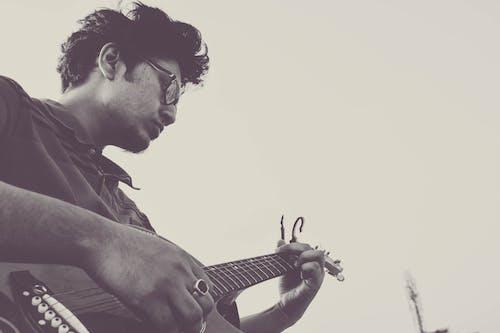 人, 側面圖, 儀器, 吉他 的 免费素材照片