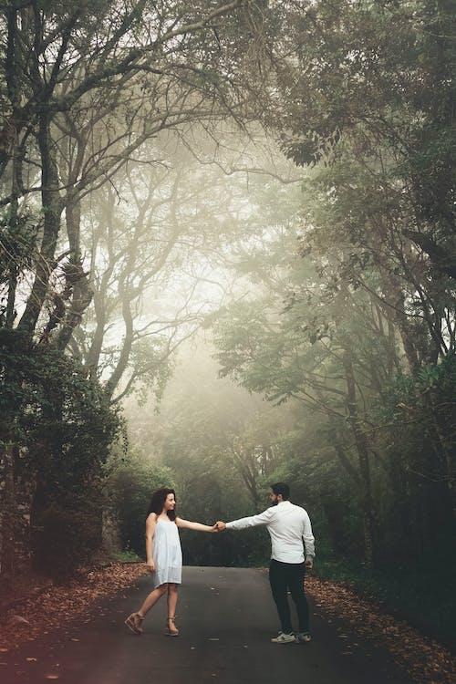 Mann Und Frau, Die Auf Straße Nahe Bäumen Stehen