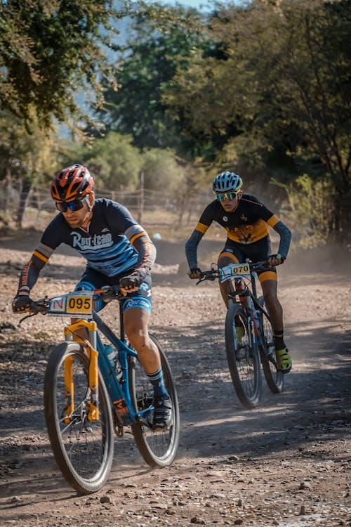 Двое мужчин на велосипеде