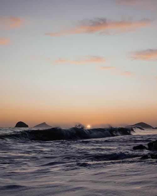 Fale Oceanu Rozbijają Się Na Brzegu