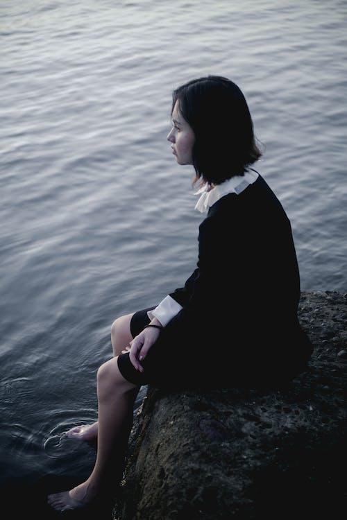 Immagine gratuita di alba, corpo d'acqua, donna, lago