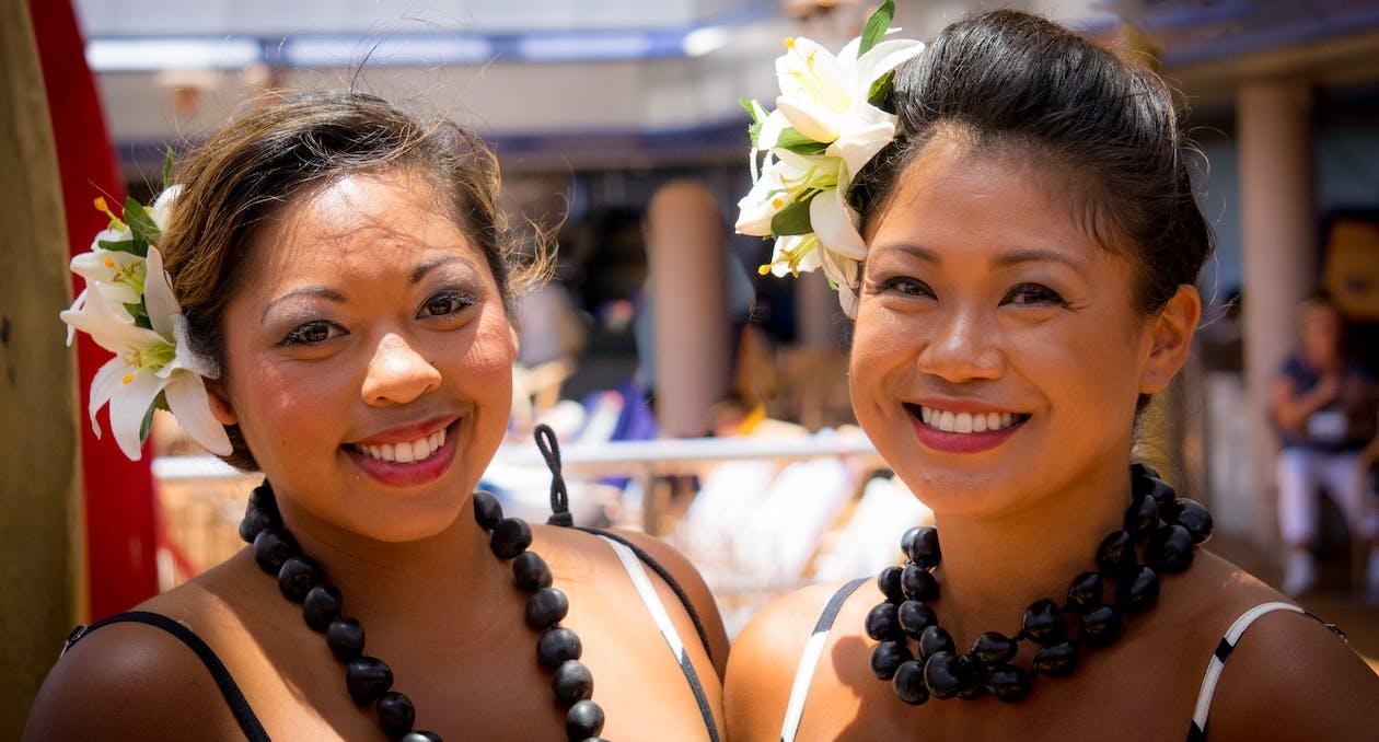 Femmes avec des bijoux en noix de coco à la plage