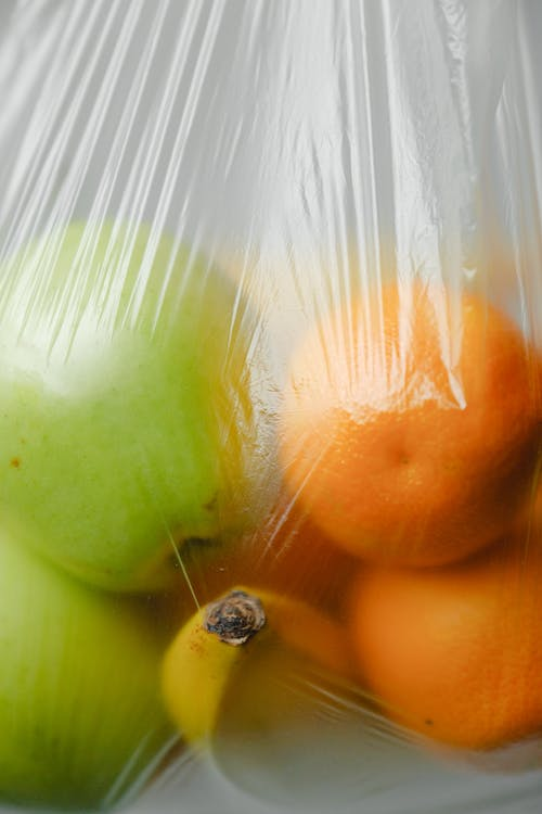 ビニール袋の中の果物