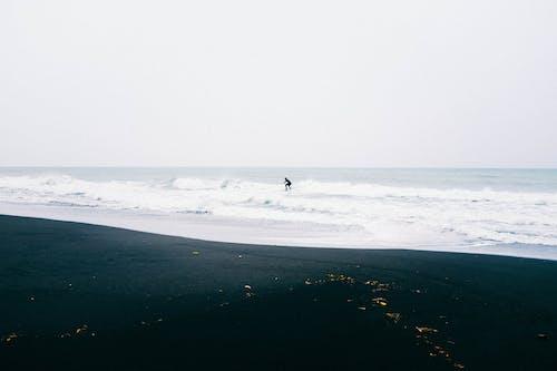 Pessoa Surfando No Mar