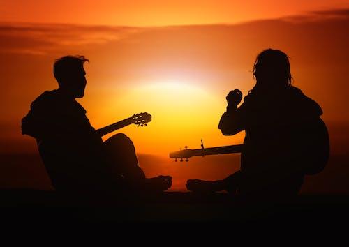 eğlence, erkek çocuk, genç insanlar, gitar içeren Ücretsiz stok fotoğraf