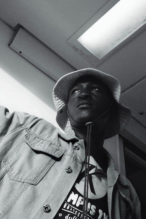 Безкоштовне стокове фото на тему «Африканський, Африканський чоловік, джинсова куртка, Захід сонця»