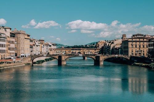 Pont De Liaison Près De Bâtiments Sous Le Ciel Bleu