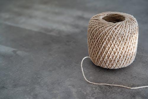 Braune Seilspule Auf Grauem Betonboden