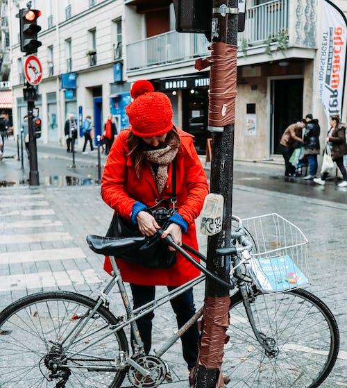 Frau Auf Rotem Mantel Und Roter Strickmütze Auf Fußgängerüberweg