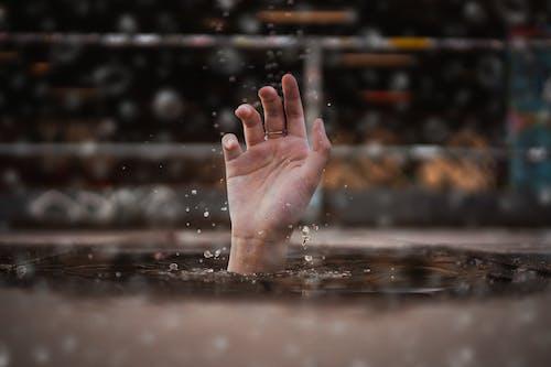 Kostenloses Stock Foto zu ertrinken, hand, hilfe, nass