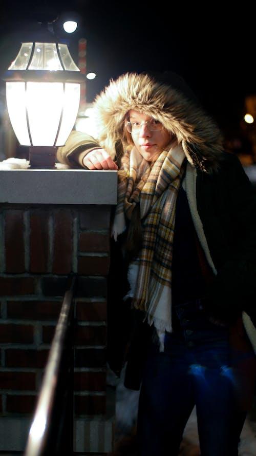 Photos gratuites de lampadaires, mannequin, modèle de beauté, nuit d'hiver
