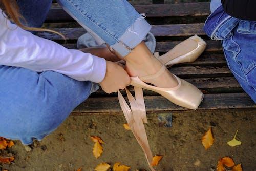 Mujer En Pantalones Vaqueros Azules Y Zapatillas De Ballet