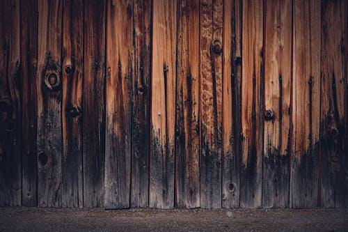 Delikli Kahverengi Ahşap Duvar