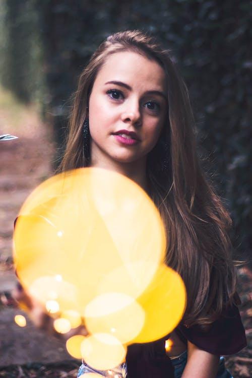 Základová fotografie zdarma na téma bokeh, na výšku, roztomilá dívka, světelný řetěz