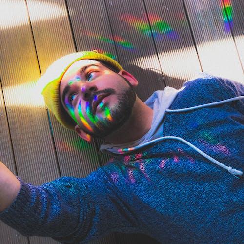 Foto De Homem Vestindo Moletom Azul