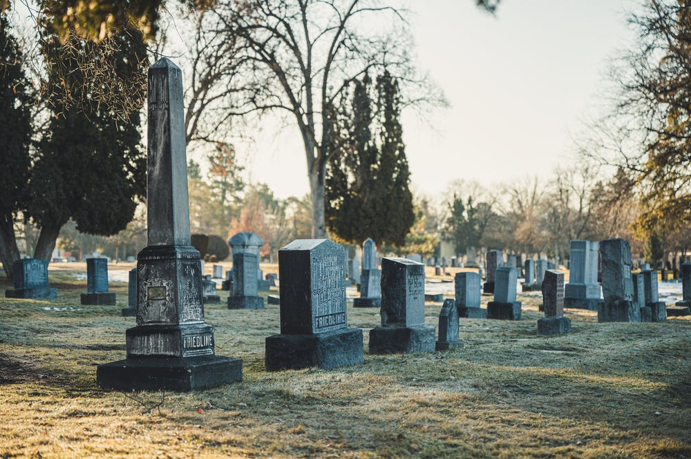 Tombstones in the cemetery. | Photo: Pexels