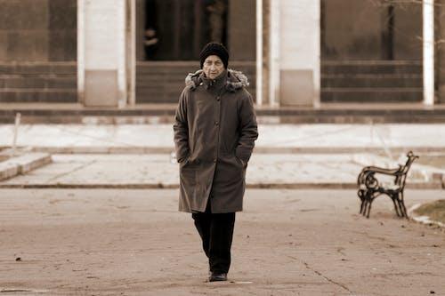 갈색 코트, 걷고 있는, 늙은 여성, 도시의의 무료 스톡 사진
