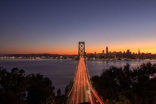Brücke über Wasser Bei Nacht