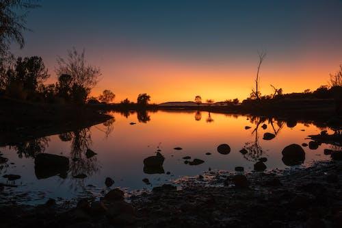 Foto profissional grátis de água, alvorecer, cair da noite, iluminado por trás