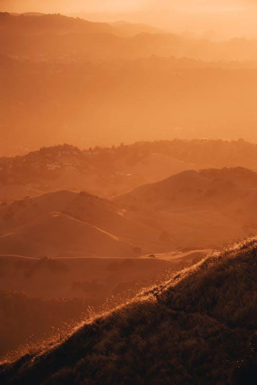 Foto profissional grátis de brilho, colinas, leve, montanha