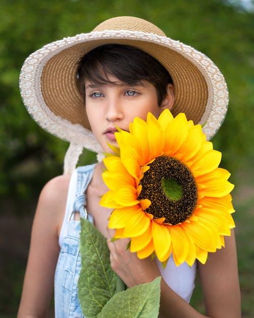 Darmowe zdjęcie z galerii z delikatny, jasne oczy, kapelusz słoneczny, kobieta
